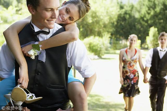 「你弟弟新婚在即,先把你的彩禮用了」,「媽,我是你親生的嗎」